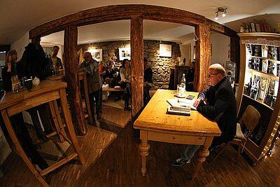 In behaglicher Atmosphäre trug Mathias Tröndle die Texte und Gedichte vor. Fotos: cg