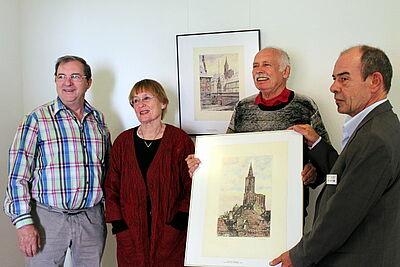 V. l.: Günter Widmann, Dr. Hildegund Brandenburg und Günther Malisius übergaben an Johannes Funk die Bilder. Foto: pm