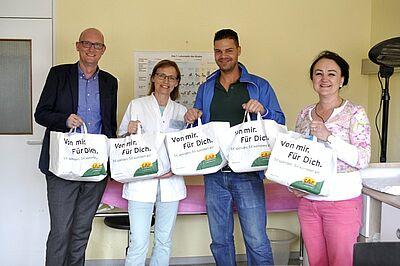 v.l.n.r: Frank Oliver Schäfer, Geschäftsführer des BZKA, Hebamme Elisabeth Braasch, Milos Maric vom CAP Markt Durlach und Mariann Mahr von CAP Markt Kaiserallee. Foto: pm