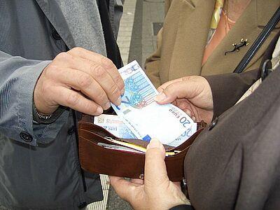 Geldwechsel auf der Straße - Vorsicht, wenn Ihnen Fremde zu nahe kommen! Foto: pol