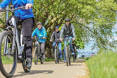 Mit Pedelcs unterwegs auf der Parkinsel Ludwigshafen. Foto: ADAC Nordbaden
