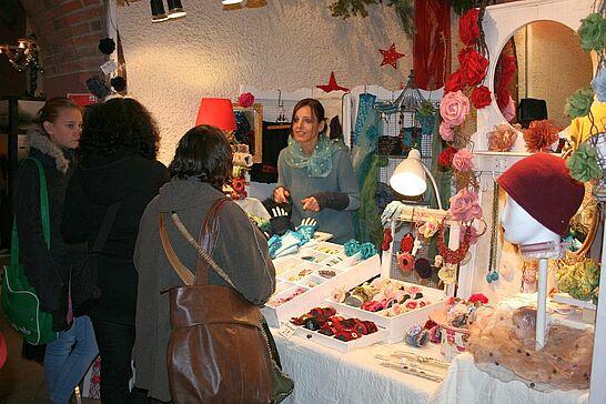 30 Weihnachtsmarkt im Rathaus - Über 40 Künstler und Hobbykünstler bieten in wöchentlichem Wechsel Geschenkartikel im Rathausgewölbe an. (30 Fotos)