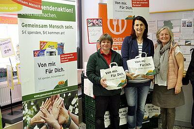 Deborah Molina (Mitte) und Lisa Gödeke (rechts) von der Durlacher Tafel freuen sich über die Spende für ihren Tafelladen. Foto: pm