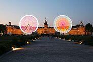 Das RiesenFahrrad vor dem Karlsruher Schloss am Abend. Fotos: cg