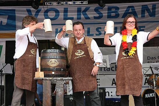 04 Durlacher Altstadtfest – Eröffnung & Freitagstour - Das 38. Durlacher Altstadtfest wurde mit dem traditionellen Fassanstich auf der Rathausbühne wieder pünktlich um 17 Uhr eröffnet. (105 Fotos)