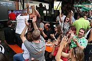 Gemeinsames Fußballschauen auf dem Durlacher Altstadtfest 2014. Foto: cg
