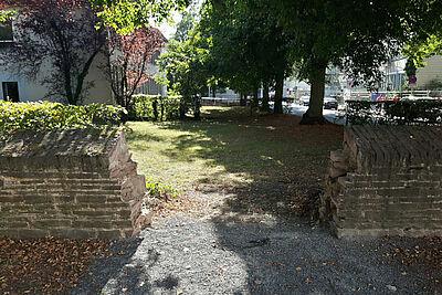 Durchbruch für Fußgänger: Die Schlossgarten-Mauer in der Grünfläche des Finanzamts wurde bereits für den Steg vorbereitet. Fotos: cg