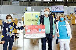 Bürgermeisterin Bettina Lisbach überreichte einen Scheck in Höhe von 3.000 Euro an Gerhard Büchele, den Gründer der Karlsruher Covax Access Initiative. Mit dabei war auch Ursula Grass, Leiterin UNICEF Karlsruhe. Foto: Rösner/Messe Karlsruhe