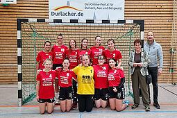 Groß war die Freude bei der weibllichen B-Jugend über die neuen Trikots. Spenderin Renate Achtmann übergab diese beim ersten Heimspiel im Beisein von Jochen Wackershauser (Vorsitzender des Handball-Fördervereins). Foto: pm