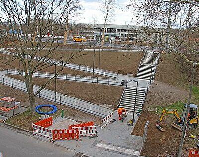 Über eine Rampe können die Bürger in der Dornwald- und Untermühlsiedlung die neue Haltestelle auf der Durlacher Allee nun barrierefrei erreichen. Fotos: VBK