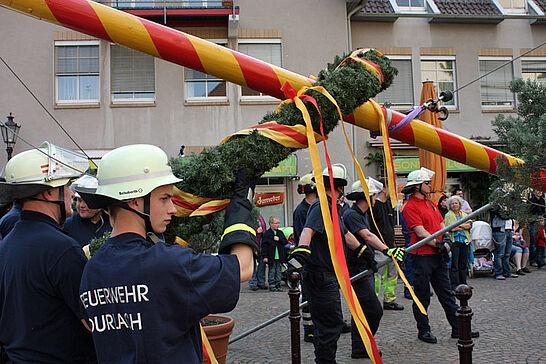 30 Maibaumstellen auf dem Saumarkt - Die Tradition des Maibaumstellens wird in Durlach durch die Freiwillige Feuerwehr seit einigen Jahren wieder gepflegt. (20 Fotos)