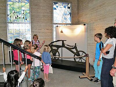 Auch das Laufrad von Freiherr Karl von Drais wird beim Kinderstadtrundgang besichtigt. Foto: pm