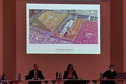 Mit dem Bild-Vortrag startete die erste Ortschaftsratssitzung 2021 im Festsaal der Karlsburg. Foto: om