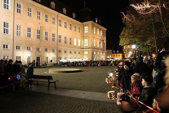 11 Sankt-Martins-Umzug - Laternen, Geschichten und Brötchen zum Teilen: Viele begeisterte Kinder begleiteten Sankt Martin durch Durlach. (45 Fotos)
