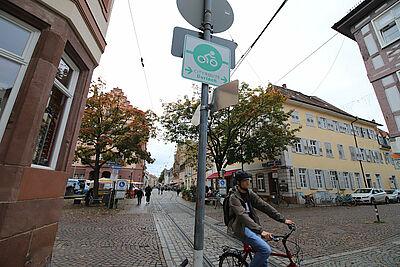 """Entgegen der Einbahnstraße im Altstadtring: Die Routenführung """"Auge in Auge"""" mit dem Autoverkehr soll sicherer sein, so das Stadtplanungsamt. Auch das Linksabbiegen über die Gleise wird damit umgangen. Foto: cg"""