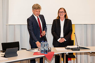 Alte und neue Ortsvorsteherin Alexandra Ries freute sich über die Verpflichtung durch OB Dr. Frank Mentrup. Foto: cg