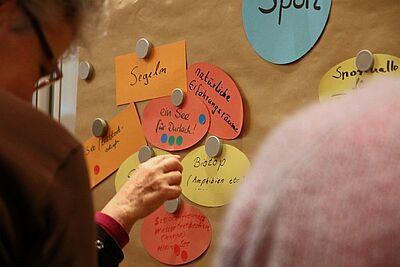 Nach der Ideenfindung wurden die Vorschläge von den Anwesenden gewichtet. Fotos: cg