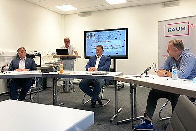 (v.l.): Frank Zöller, Andreas Reichel und Frank Theurer, im Hintergrund Gerhard Kessler. Foto: pm