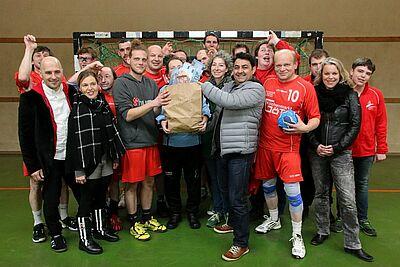 Kultur hilft Handball: Heike und Aristotelis Tolikas (Mitte) überreichten zusammen mit den Invisible Penguins eine Spende von 3.100 Euro an die Durlach Turnados. Foto: cg