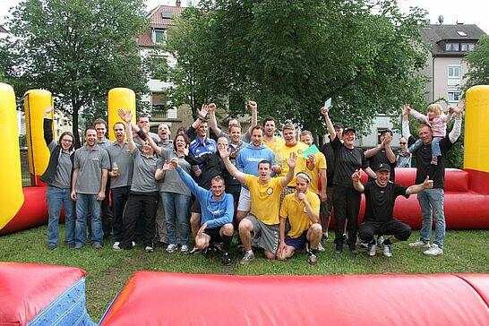 29 Menschen-Kicker-Turnier von Durlacher.de (II) - Bereits zum 2. Mal fand das Turnier auf dem Weiherhofgrünzug statt, bei dem Menschen zu Kickerfiguren werden. (165 Fotos)