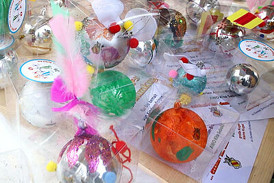Liebevoll von Durlacher Kindern gestaltet, können die Christbaumkugeln am Samstag erworben werden. Foto: cg