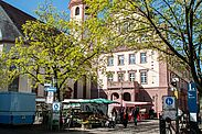 Immer montags bis samstags stehen die Stände mit ihrem Sortiment für die Kundschaft auf dem Durlacher Marktplatz bereit. Foto: cg