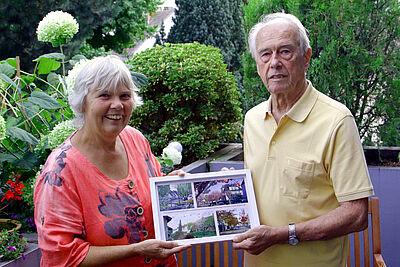 Vorsitzende Monika Haug übergab Robert Emig zu seinem 80. Geburtstag eine Fotocollage als Geschenk. Foto: pm