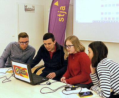 Mitglieder des Arbeitskreises Karlsruher Schülervertreter testen den Kommunal-O-Mat. Foto: pm