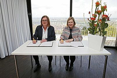 Besiegeln die Kooperation: Durlachs Ortsvorsteherin Alexandra Ries und KMK-Chefin Britta Wirtz. Foto: Onuk