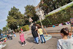 """""""Karlsruhe spielt"""" in der Bleichstraße: Die Schülerinnen und Schüler der """"Pesta"""" hatten ihren Spaß an der Aktion. Foto: pm"""