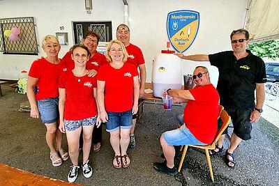 Das Ausgabe-Team füllte fleißig die 600 Liter Hansa ab. Foto: cg