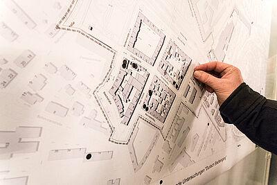 """Besucher der Infoveranstaltung konnten sich auf einer Karte verorten. Sie zeigt das geplante Sanierungsgebiet """"Durlach Stadteingang"""". Foto: cg"""