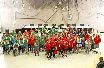 Anerkennung: Gemeinsam mit Bürgermeister Stapf freuen sich die Karlsruher SO-Athleten im Bürgersaal über ihre Erfolge in Hannover. Fotos: Fränkle