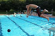 Fürs Benefizschwimmen werden noch Schwimmer und Spender gesucht. Fotos: pm