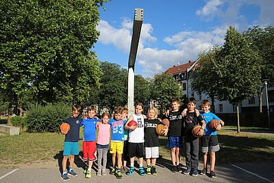 Die 7- bis 11-jährigen Freunde vermissen ihren Basketballkorb im Weiherhof. Fotos: cg