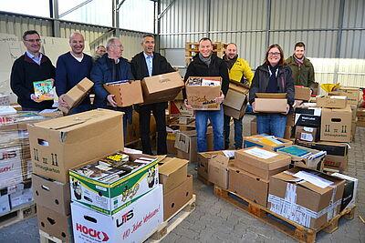 Fleißige Helfer kümmerten sich ums Verladen der Bücher. Foto: pm