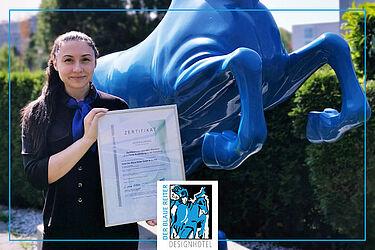 """BA-Studentin Julia Frei mit der Auszeichnung """"Exzellente Ausbildung"""". Foto: pm"""