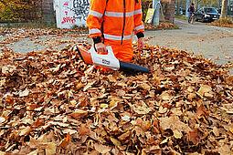 Nimmt es mit Humor: Stadtreiniger Uwe Volk bei der Arbeit. Foto: AfA