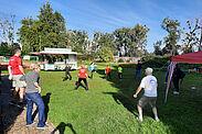 Bevor es am vergangenen Samstag beim Spendenlauf der Turnerschaft auf die Strecke ging, machten sich die Läuferinnen und Läufer auf der Hub am Morgen gemeinsam warm. Foto: Sadowski