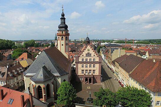 März - Durlach von oben, ein Besuch beim Durlacher Ostermarkt und nach umfangreichen Umbausmaßnahmen wurde der Spielplatz im Durlacher Schlossgarten wiedereröffnet. (3 Galerien)