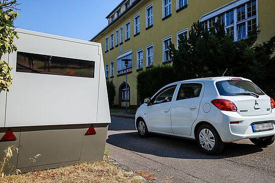 12 Polizeipräsidium Karlsruhe präsentiert neuen High-Tech-Trailer - Das Polizeipräsidium Karlsruhe hat neue, hochmoderne Technik zur Geschwindigkeitsüberwachung erhalten. (13 Fotos)
