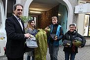 Anlaufstelle IGLU: Schlafsäcke und Hygiene-Sets geben der Sozialarbeiter Stefan Kreß (Mitte) und die Leiterin des Sybelcentrums Eva Rühle (r.) nun an Bedürftige weiter. ASB-Regionalgeschäftsführer Dr. Andreas Bröker (l.) und Alina Thome, ASB-Auszubildende, brachten die Spende zur Adlerstraße. Fotos: ASB Region Karlsruhe