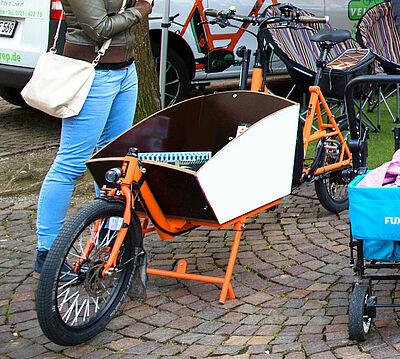 Statt mit Auto per Lastenrad in der Durlacher Altstadt unterwegs? Auch für Familien eine Alternative. Foto: cg