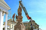 Wieder am angestammten Platz: Am Mittwoch kehrte Großherzog Ludwig frisch restauriert auf seinen Brunnen zurück. Foto: Stadt Karlsruhe