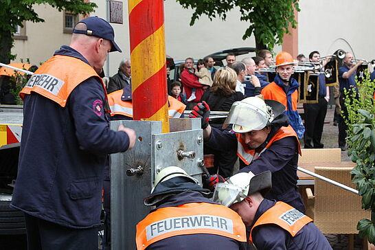 30 Maibaumstellen auf dem Saumarkt - Die Tradition des Maibaumstellens wird in Durlach durch die Freiwillige Feuerwehr seit einigen Jahren wieder gepflegt. (17 Fotos)