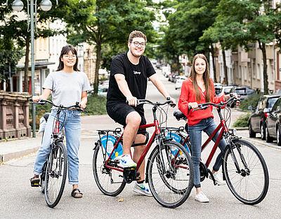 Die Draisler Räder sind sicher eines der Highlights des Begrüßungspakets, das Auszubildende und Studierende erhalten, die ihren Erstwohnsitz in Karlsruhe anmelden. Foto: Wissenschaftsbüro Karlsruhe / Dennis Dorwarth Photographie