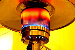 Statt Heizpilze (siehe Bild) sollen energieeffizientere Infrarotstrahler eingesetzt werden. Foto: Harald Landsrath / Pixabay