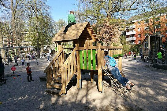 30 Wiedereröffnung: Spielplatz im Durlacher Schlossgarten - Nach umfangreichen Umbaumaßnahmen wurde der beliebte Spielplatz im Schlossgarten wieder an die Kinder übergeben. (9 Fotos)