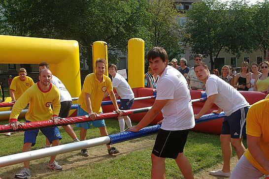 30 Menschen-Kicker-Turnier (I) - In Anlehnung an die Fußball-EM 2012 feierte das Online-Portal im Weiherhof seinen 5. Geburtstag. (118 Fotos)