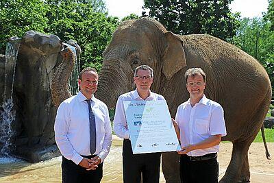 """Volksbank Karlsruhe und Zoo setzen """"tierische"""" Partnerschaft fort. Foto: Timo Deible / Zoo Karlsruhe"""